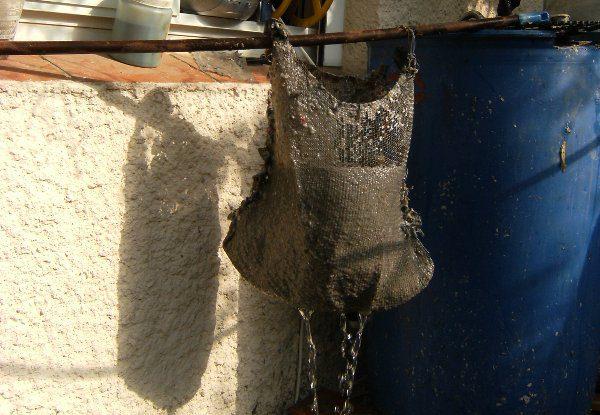 סינון של המים העודפים באמצעות רשת בנאים, איתה אספנו את הנייר