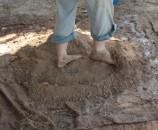 דורכים ברגליים, עדיין על יבש, מפזרים ומערבבים את האדמה והחול