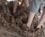 ערבוב החומר ברגליים חשופות