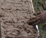 נקו עם האצבעות את העץ של המסגרת, בייחוד מקש שיפריע להרמה של המסגרת ויפגע בצורת הלבנה
