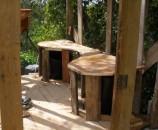 בדק העץ של הרצפה נחתכו שני חורים בקוטר דלי שחור (שגם לו חתכנו את התחתית). מעל שני הדליים נבנה משטח עץ נוסף