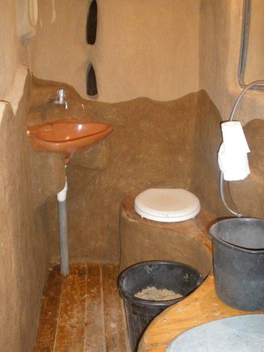הקירות מטוייחים. הטיח הכהה משומן בשמן פשתן למניעת ספיגת לחות בקירות