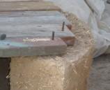 חתיכת ברזל בניין (כמסמר) דרך החורים לתוך קיר הקוב