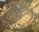במרכז המעגל ברזל בניין קשור בחבל כמחוגה