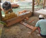 מאחור ניתן לראות יסודות מוכנים, ובמרכז יסודות בתהליך הבנייה