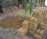 המקומיים פשוט חופרים בור באדמה ומכינים לבנים בתוך מסגרות, בלי קש, בלי חול ובלי בלגאנים