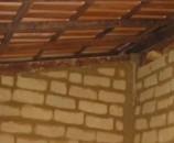 חתיכות משולשות של לבנים עוזרות לסגור את הרווחים בין הקיר לקורה העליונה המשופעת