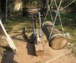 בול העץ דוחף את הבמבוק בחוזקה על הסכין