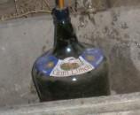 בקבוק הזכוכית, מחובר לצינור הנחושת