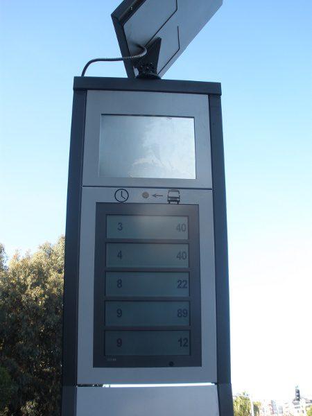 הלוח (הניסיוני) שמציג את מספרי האוטובוסים והדקות שתחכו להם - מה הבעיה לשים שם גם טטריס ענק על אותו מסך?