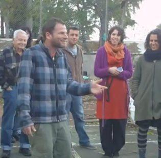 עידו הרפז, בשעת הסיור במרכז לאגרואקולוגיה עירונית, כפר הנוער מוסינזון, הוד השרון