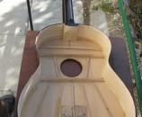 וכך נראית גיטרה מאחור, בלי הגב.