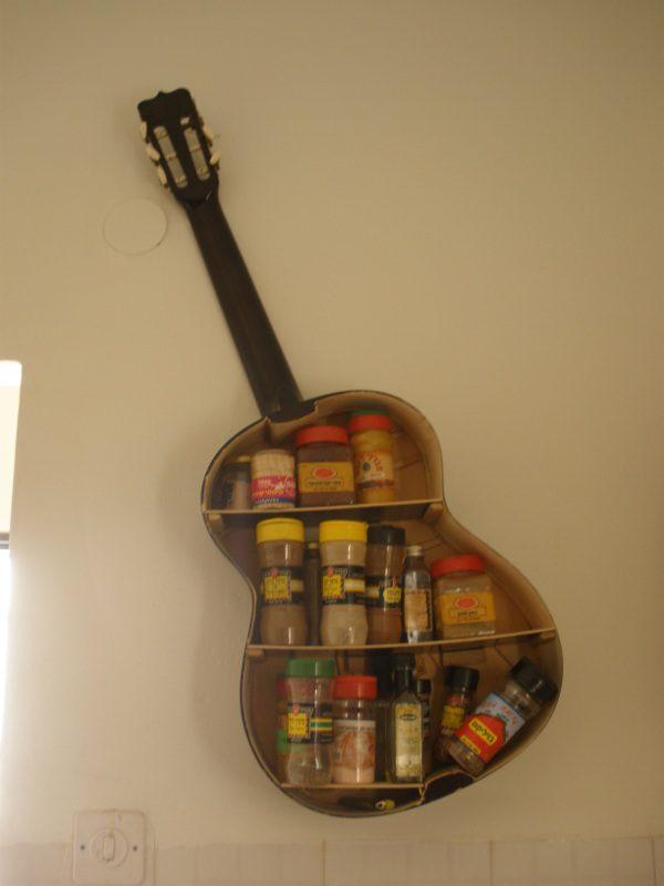 הגיטרה תלויה ומלאה בתבלינים