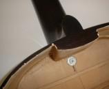 הגיטרה תלוייה על דיבל אחד עם בורג אחד, איפה שהוא בנקודת שיווי המשקל, פחות או יותר