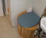 השירותים במקומם, בתוך המקלחת עצמה