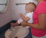 אם התינוק לא התחיל לעשות פיפי או קקי עד אז, אפשר לציין את זה בלי יותר מידי רגש
