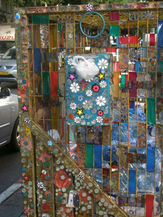 קצת שונה - מתקן לאיסוף בקבוקים בצפון רחוב דיזנגוף בתל-אביב התחפושת באדיבות בעלי חנויות יצירתיים