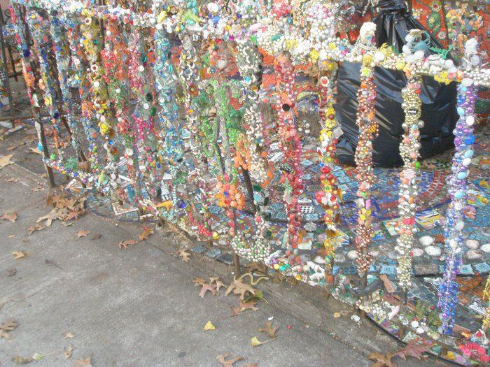 גרדנר בברוקלין - אפילו את עמודי הגדר היא כיסתה