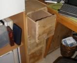 הארונית מהצד של פינת העבודה, עם המגירה הרשונה פתוחה מעט.