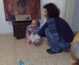 התינוק זוחל אל עבר הסיר