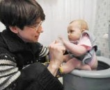 אם התינוק עשה פיפי/קקי, יש לציין זאת בטון ענייני