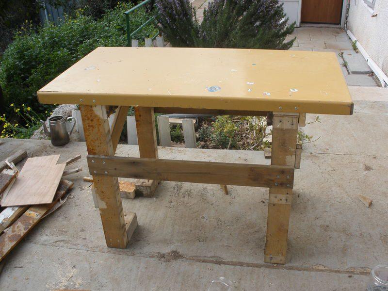תמונה של השולחן המוגמר לאורכו