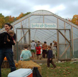 קהילת החברים במפגש עם החקלאי שלה