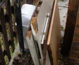 החומרים מהם נבנה את מיכל הערוגה המוגבהת - משטחי סיבית ישנים ושני חצאי דלת