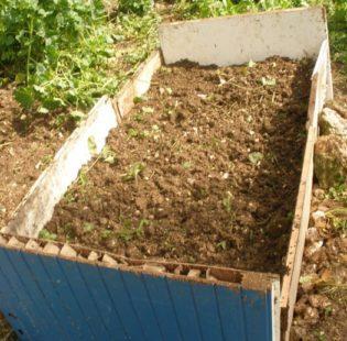שכבה שישית - שכבת האדמה הראשונית, הTop-Soil, חוזרת להיות השכבה העליונה גם כאן בערוגה