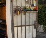 המתלים מחוברים לדלת בחוטי ברזל - יופי של פריסת כלים