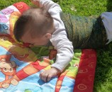 שימרו על חלק הגוף העליון של התינוקת חם מאוד