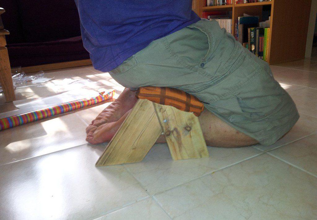 רגליים מכונסות מתחת למושב