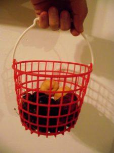 סלסלת פירות שיכולה לשמש כמיכל לפתיל בעציץ דלי