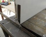 חיבור מדפי עץ לשלד של מדפי מתכת