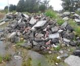 אבנים משתלבות באתר פסולת ברחובות