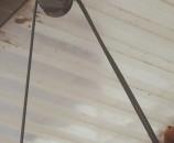 הגלגלת שנושאת את שני הצדדים. מימין נאספים הכבלים למעצור