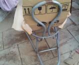 הקרטון מתיישב, לא בקלות, על קימורי הכיסא
