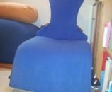 הכרית הכחולה פרוסה על בד המתיחה