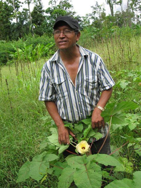 סניור גונזלו מורנו מנהל, יחד עם בני משפחתו ועובדיו המסורים, את חוות ''לורוקו''