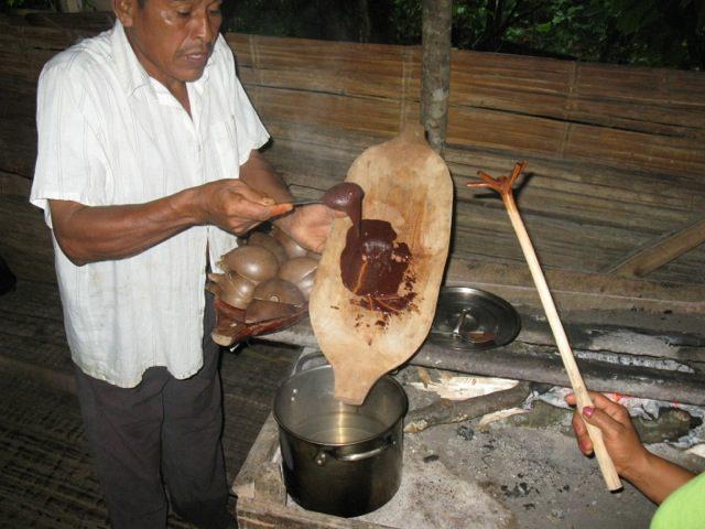 נכנסנו לראות כיצד מפיקים שוקולד מהפולים, בשיטה המסורתית