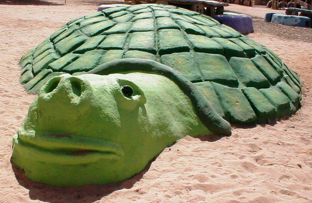 הצב מורלה העשוי מצמיגים ובוץ באקו-כיף [המרכז לאקולוגיה יצירתית בקיבוץ לוטן]