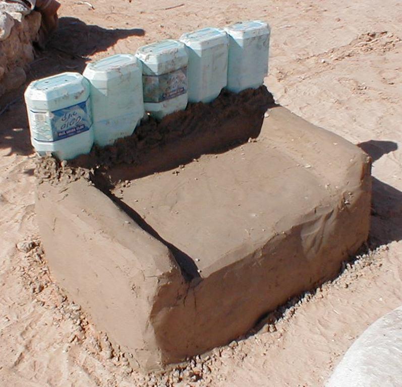 כיסא באמצע תהליך בנייתו - שמו לב למכלי הפלסטיק המשומשים כמשענת [המרכז לאקולוגיה יצירתית בקיבוץ לוטן]