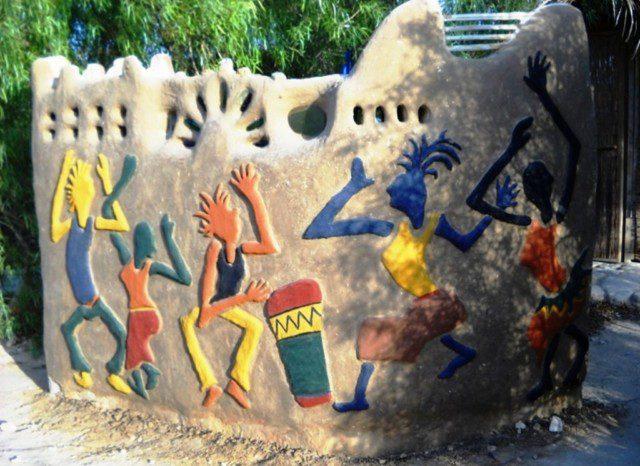קיר מלבני בוץ בעל אלמנט פיסול בקמפוס האקולוגי [המרכז לאקולוגיה יצירתית בקיבוץ לוטן]