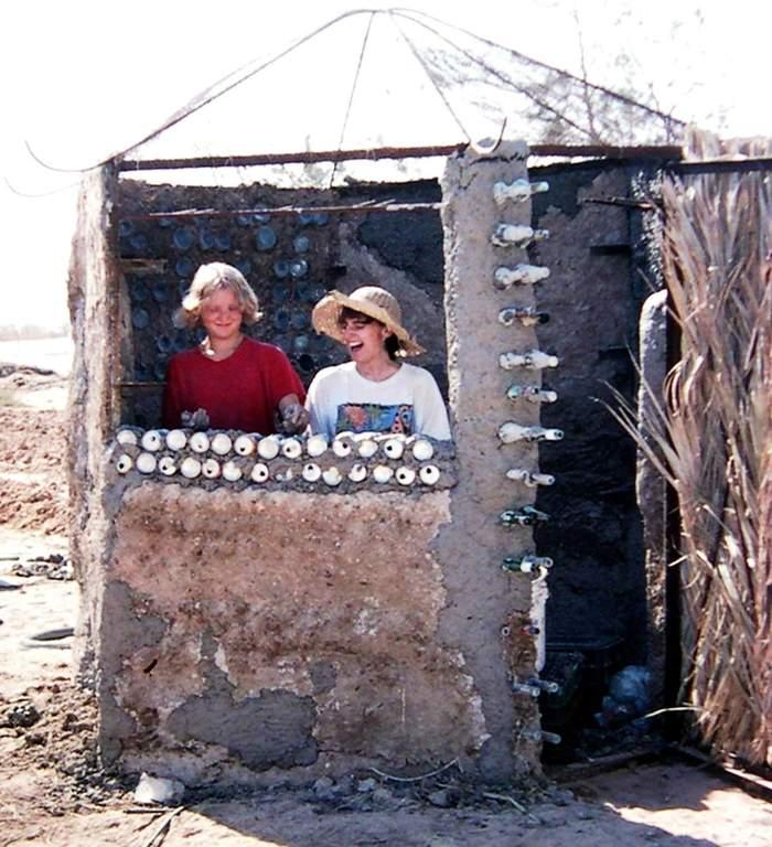 הפרויקט הראשון שלנו בבנייה בבוץ שהפך למחסן לציוד השקייה שלנו במרכז של הגינה לירקות אורגניים באקו כיף [המרכז לאקולוגיה יצירתית בקיבוץ לוטן]