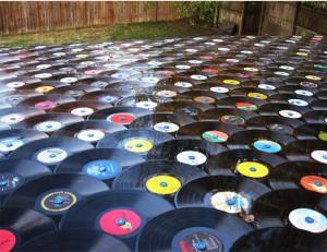 שימוש בתקליטים כרעפי פרגולה