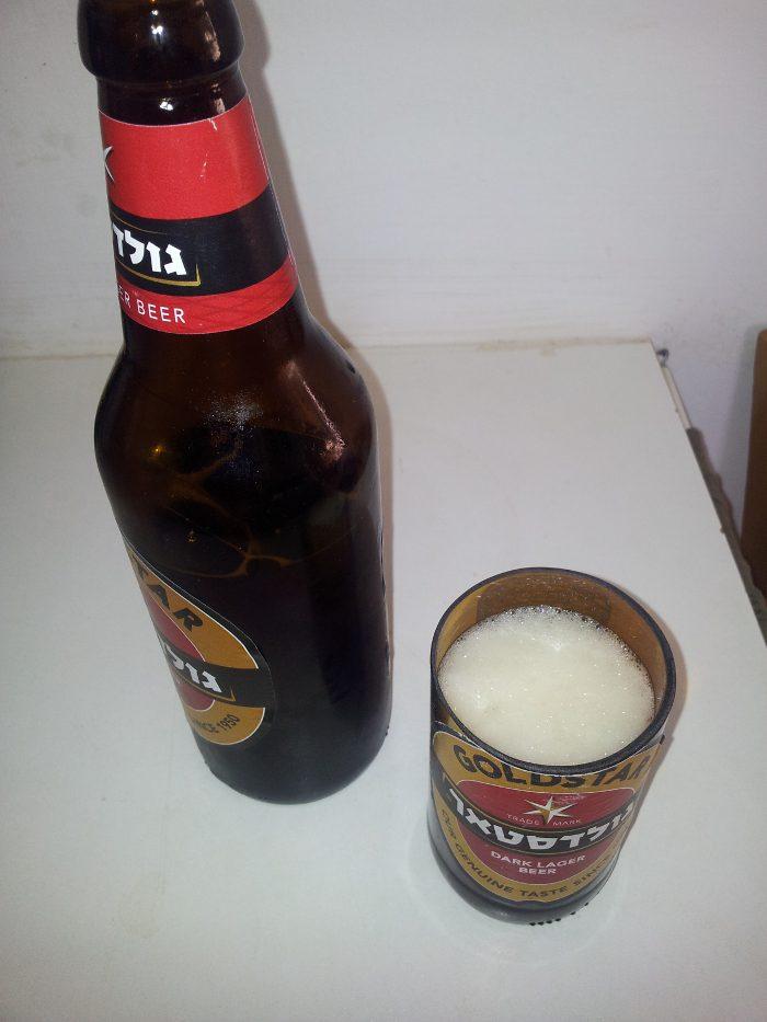 בירה גולדסטאר בכוס גולדסטאר