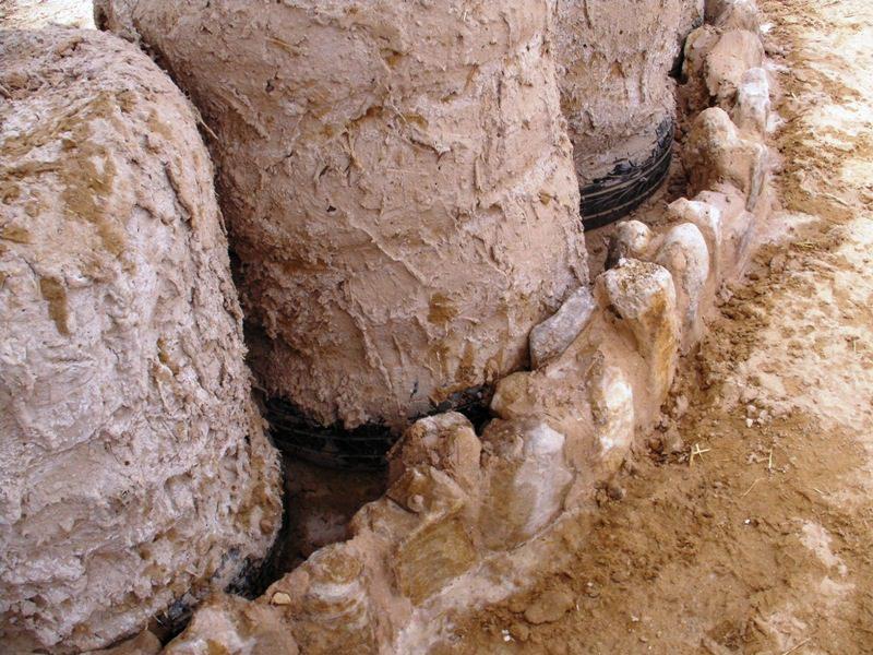 תשימו לב לV שנוצר בין הצמיגים – אפשר למלא בכמה דרכים - באמצעות אבן, אבן ובוץ, בקבוקים ובוץ וכו'
