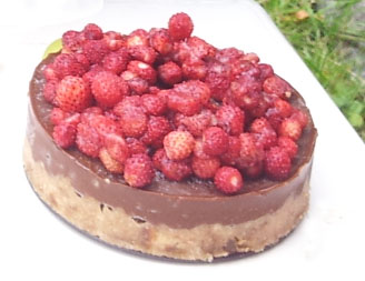 למשל, עוגת חרובים עם תותי בר