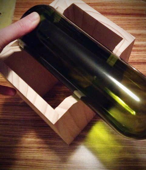 זה רק מחזיק את הבקבוק, היד מחזיקה את החותך... (אל תנסו, חבל על הזמן...)