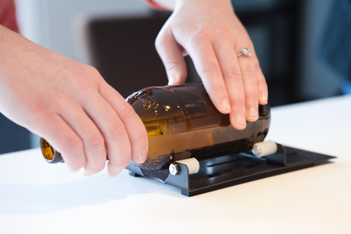 חורץ זכוכית (מסחרי, מוצר שקונים בחנות) בעבודה